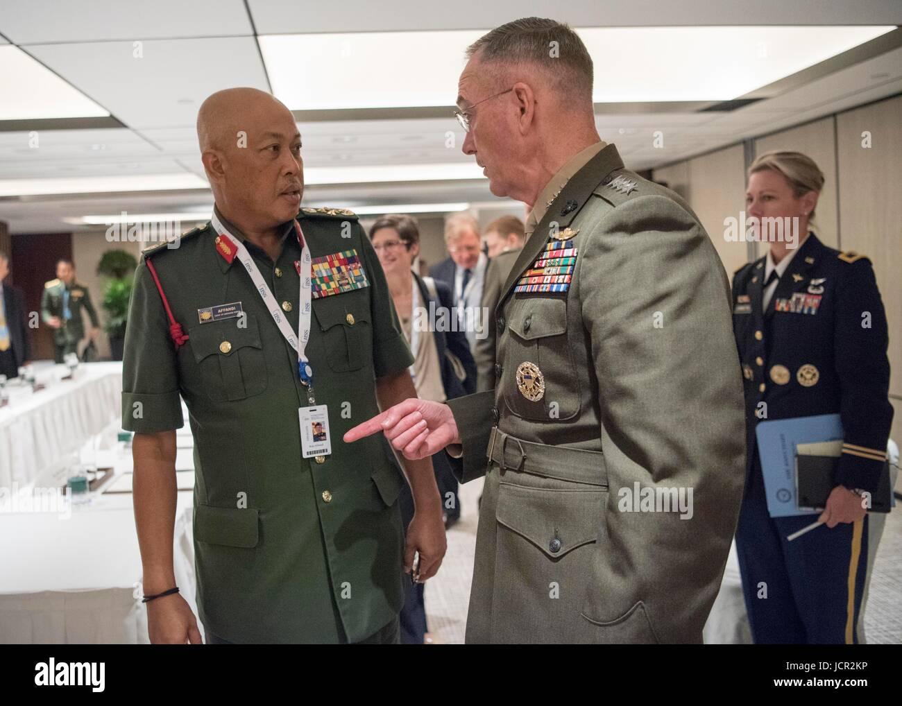 Malaysian Capo della difesa Raja Mohamed Affandi Raja Mohamed Noor (sinistra) soddisfa con U.S. Comune di capi di Immagini Stock