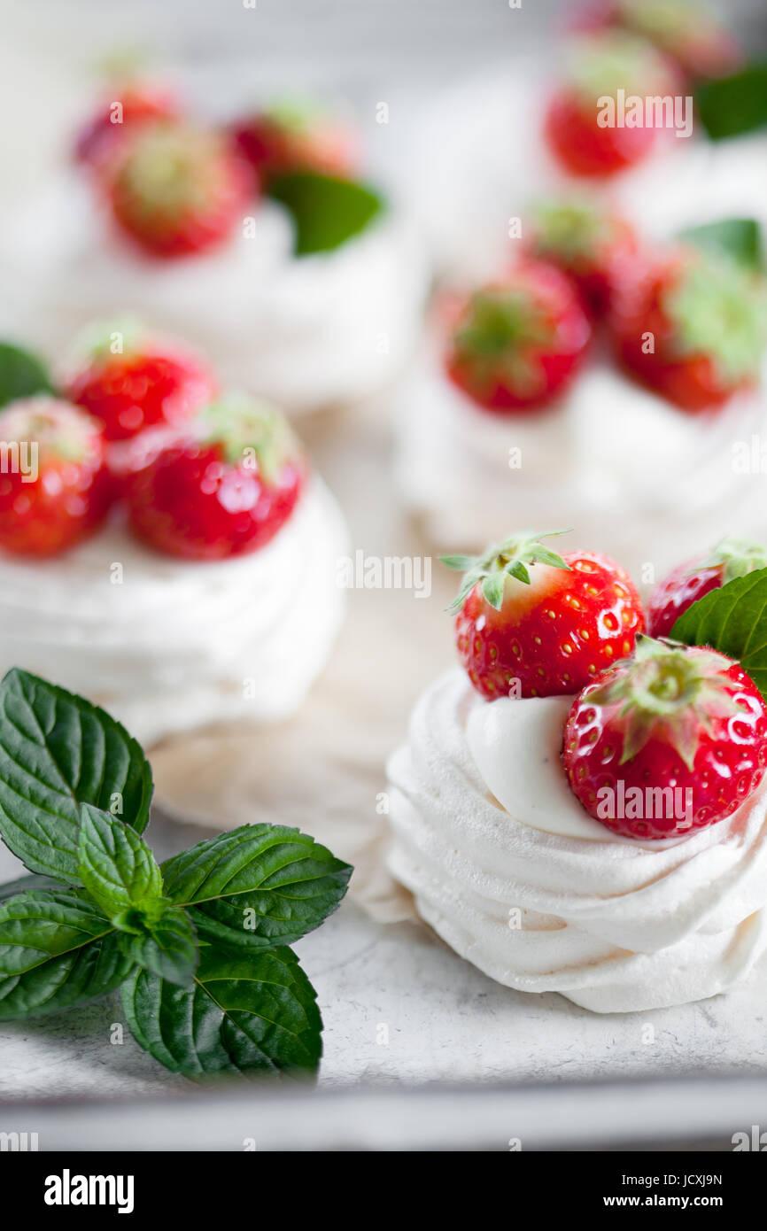 Mini pavlova con fragole e menta Immagini Stock