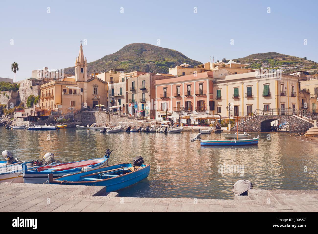 Isole Eolie - Lipari - Sicilia - Porto, chiesa in background Immagini Stock