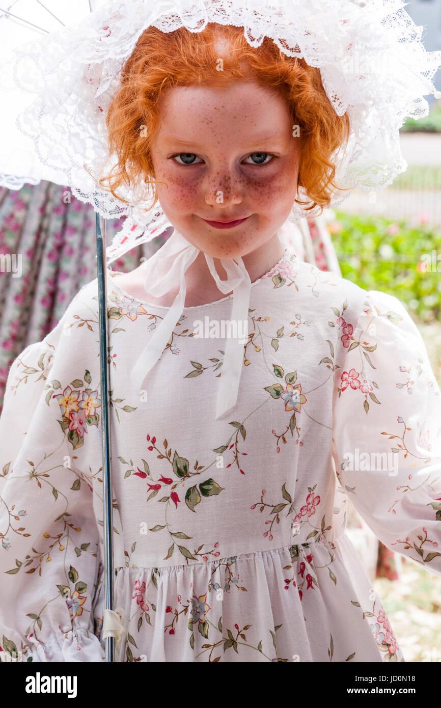 3f57cf2bea6a Vestito in abito bianco con fiori e un frilly lacey hat. Guardando  direttamente al visualizzatore