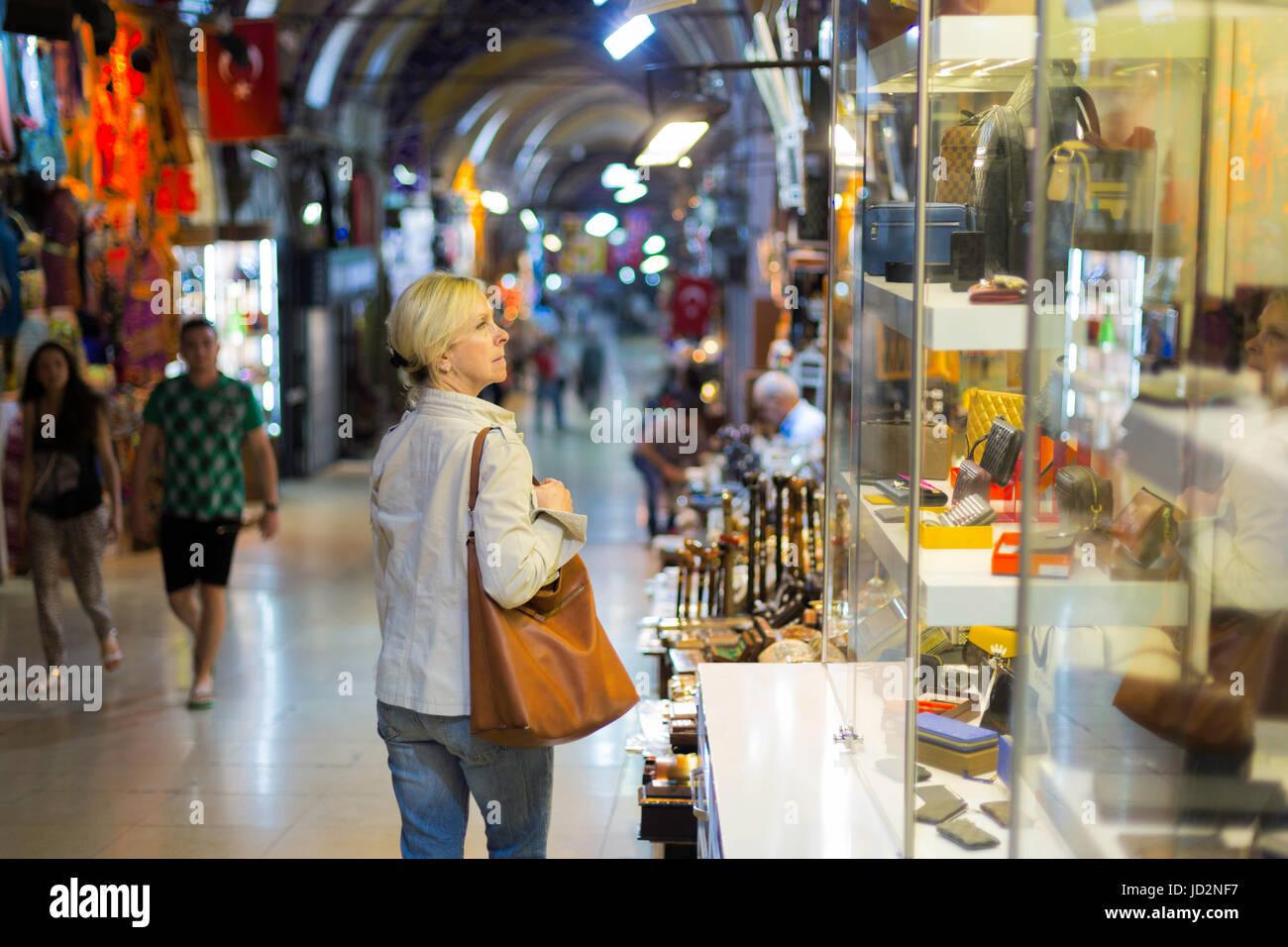 Donna di mezza età in vetrina shopping in Grand Bazaar,Istanbul Immagini Stock