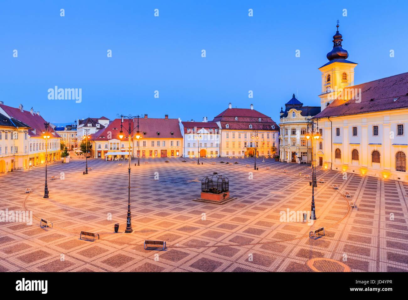 Sibiu, Romania. Grande piazza (Piata Mare) con il Municipio e il palazzo Brukenthal in Transilvania. Immagini Stock