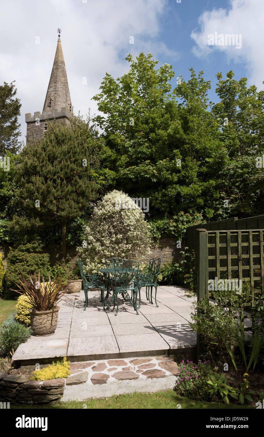 Mobili Da Giardino In Ghisa.Ghisa Mobili Da Giardino Un Tavolo E Sedie Dipinte Di Verde Scuro