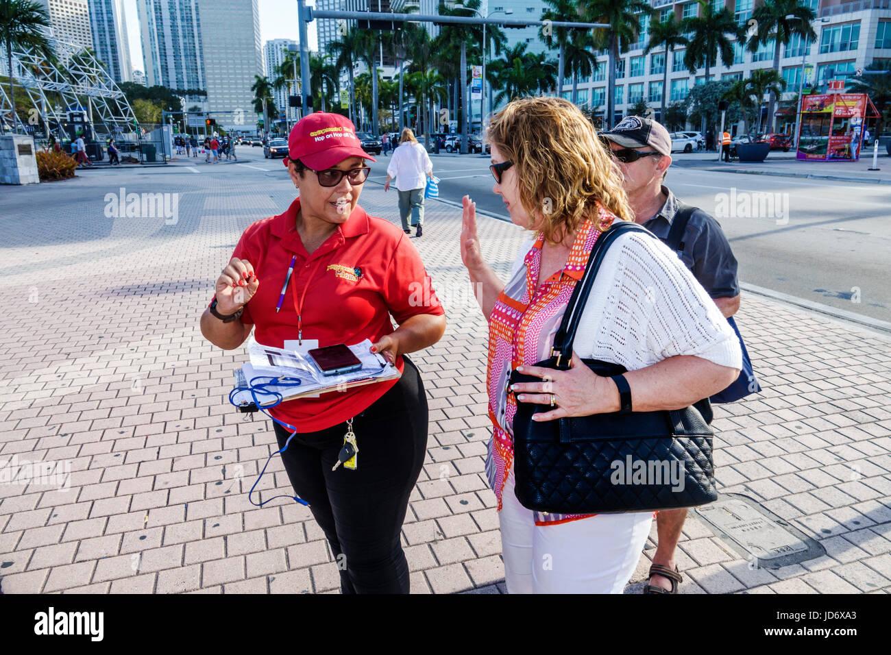 Miami Florida Downtown Biscayne Boulevard Bayfront Park ispanico donna uomo Citysightseeing tour ticket vendor agente Foto Stock