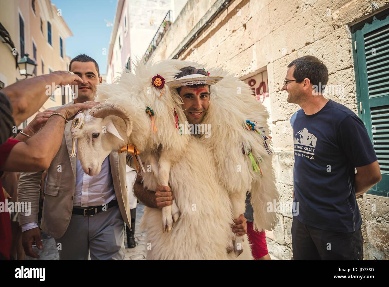 Ciutadella Menorca. Giugno 18th, 2017: sono persone in cerca di fortuna come il cercare di toccare il docile pecore Immagini Stock