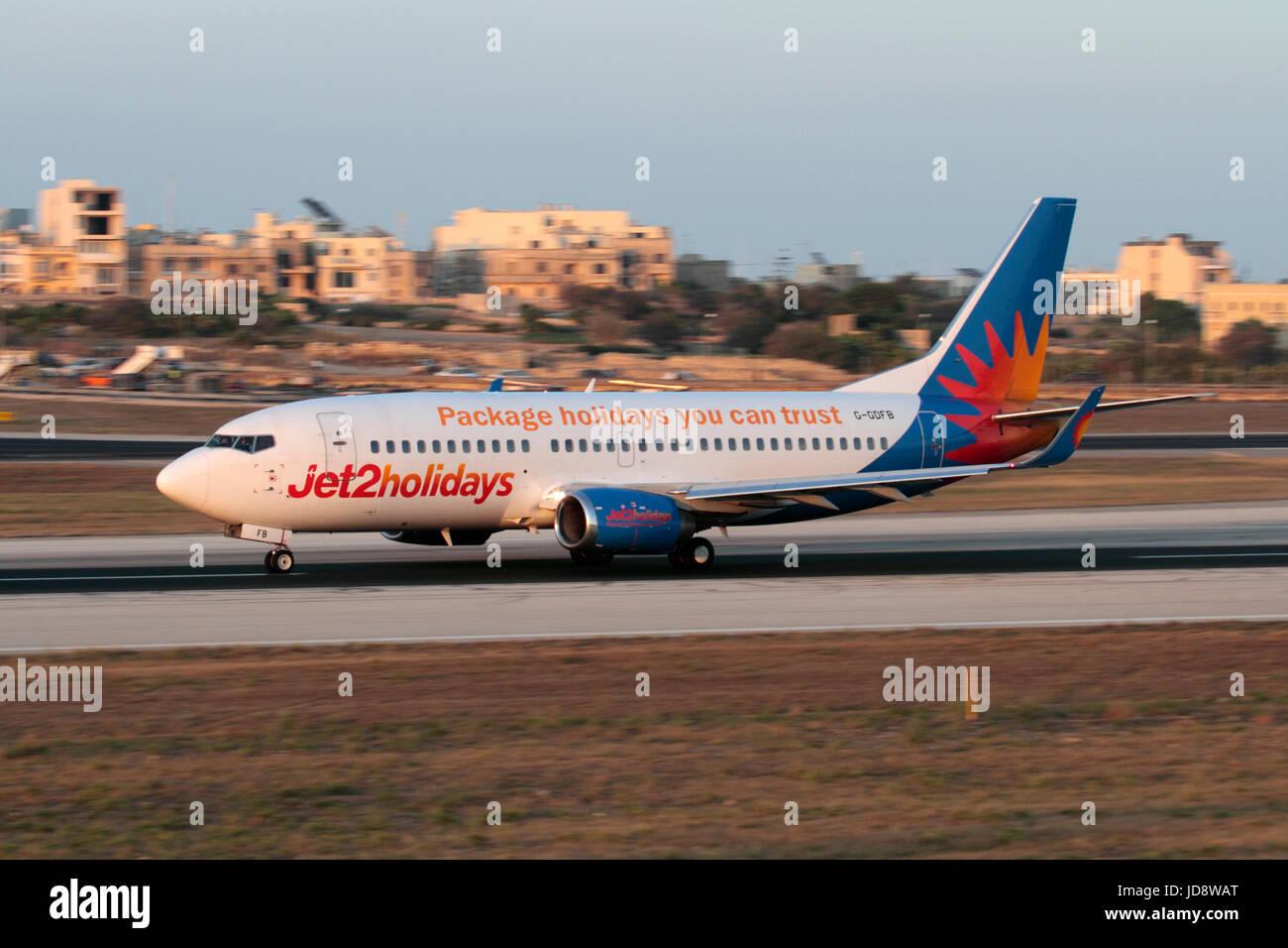Compagnie aeree britanniche nell'UE. Jet2 Boeing 737-300 aereo di linea in fase di accelerazione per il decollo Immagini Stock