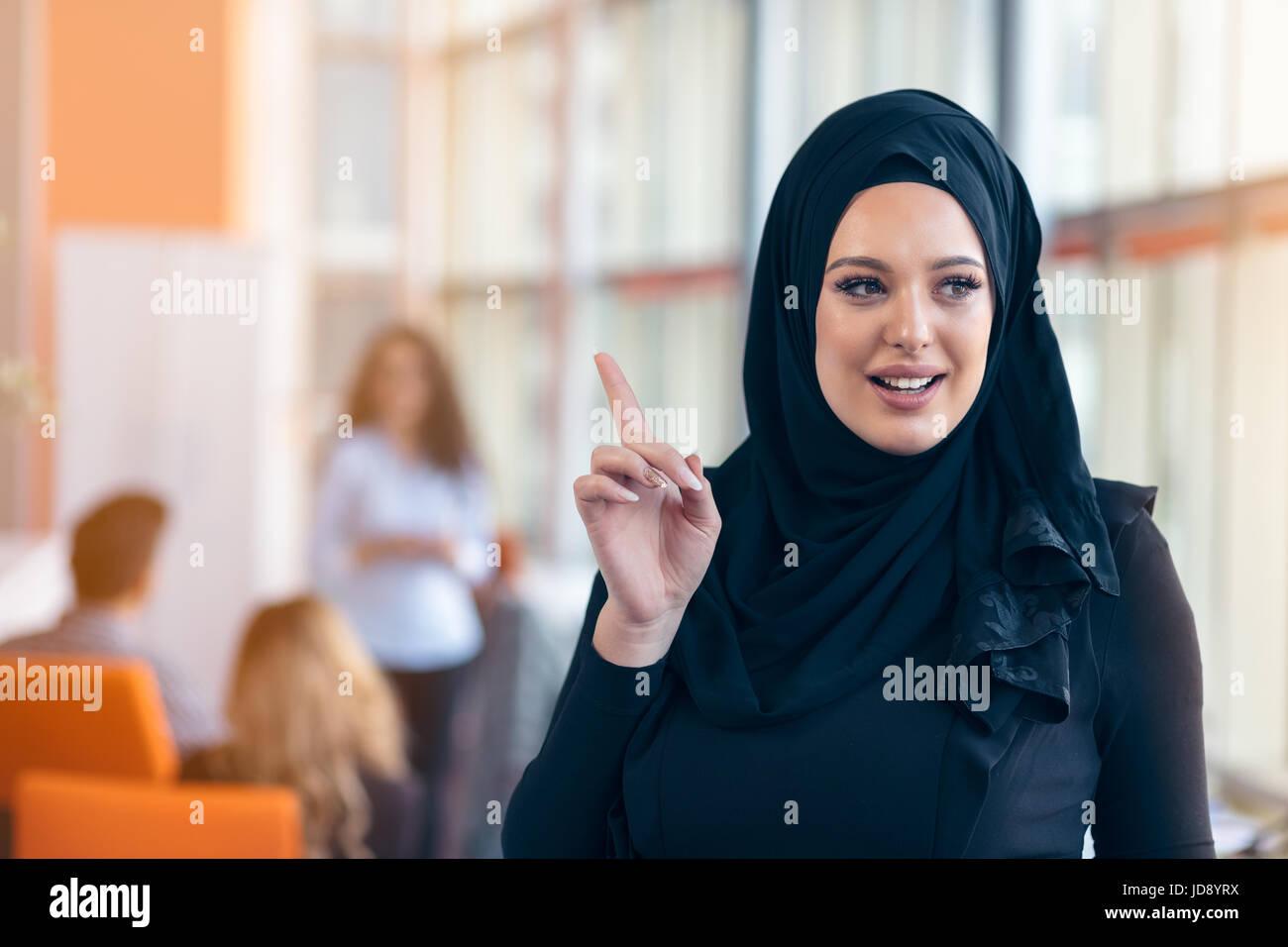 4fd96d5b42e7 Attraente Ritratto di giovane donna musulmana con il nero hijab in ufficio  Immagini Stock