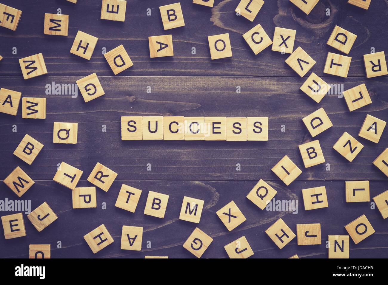 Parola di successo sulla tavola di legno per la concezione di business. Immagini Stock
