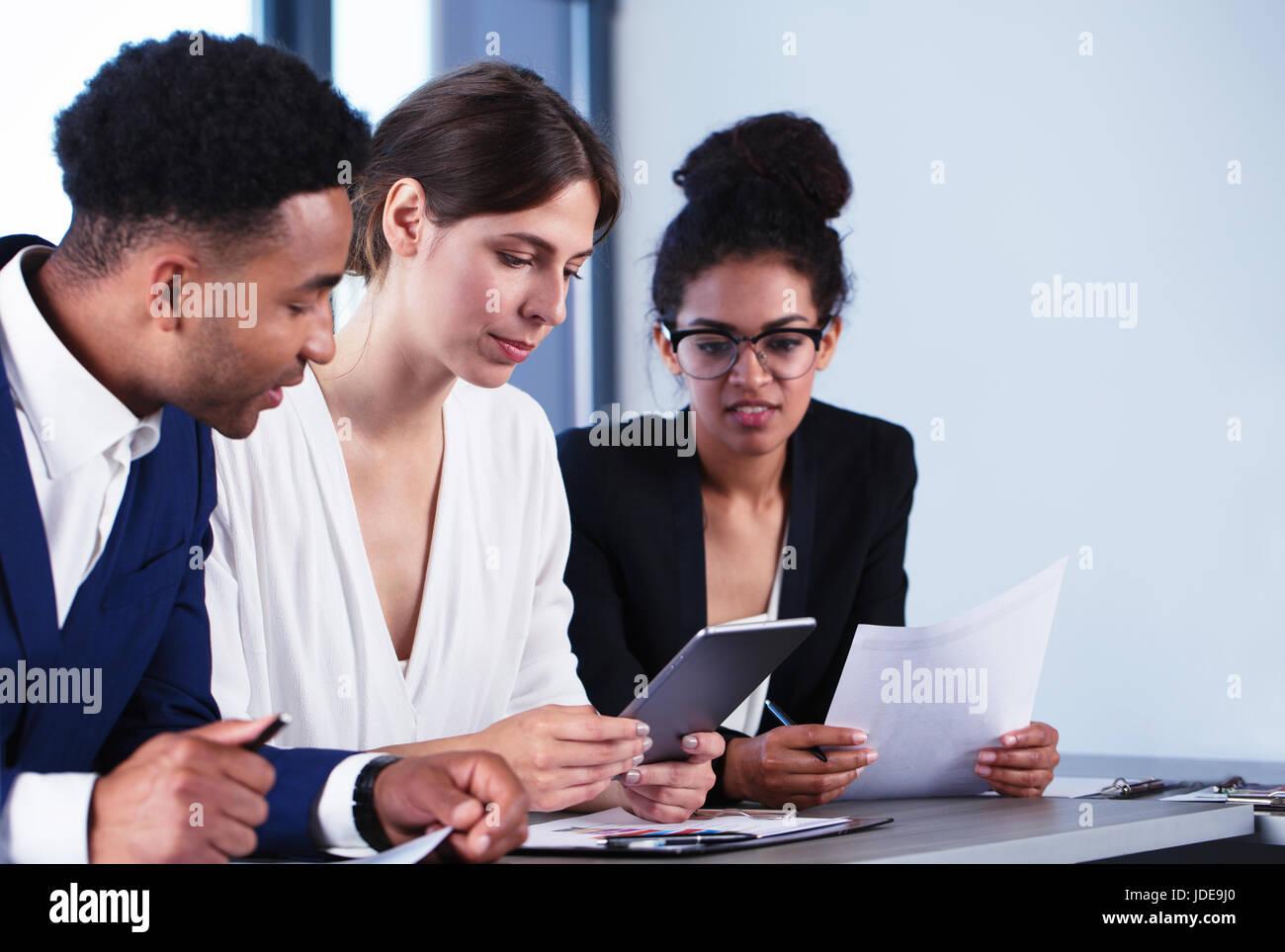 Team di business persona lavora insieme. Concetto di lavoro di squadra Immagini Stock