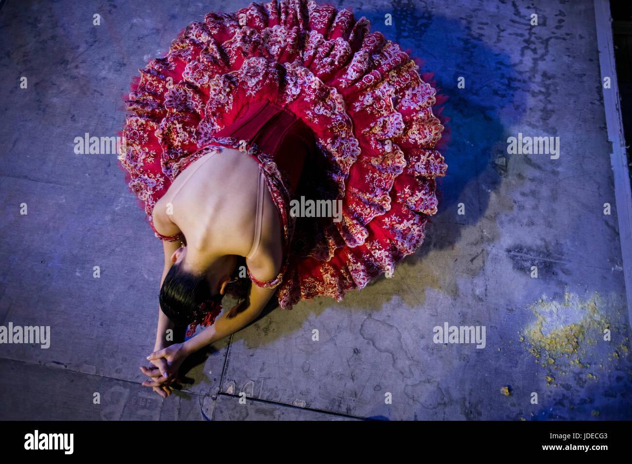 Una ballerina si sta preparando per andare sul palco del Bolshoi theter prima che le prestazioni a Mosca, Russia Immagini Stock
