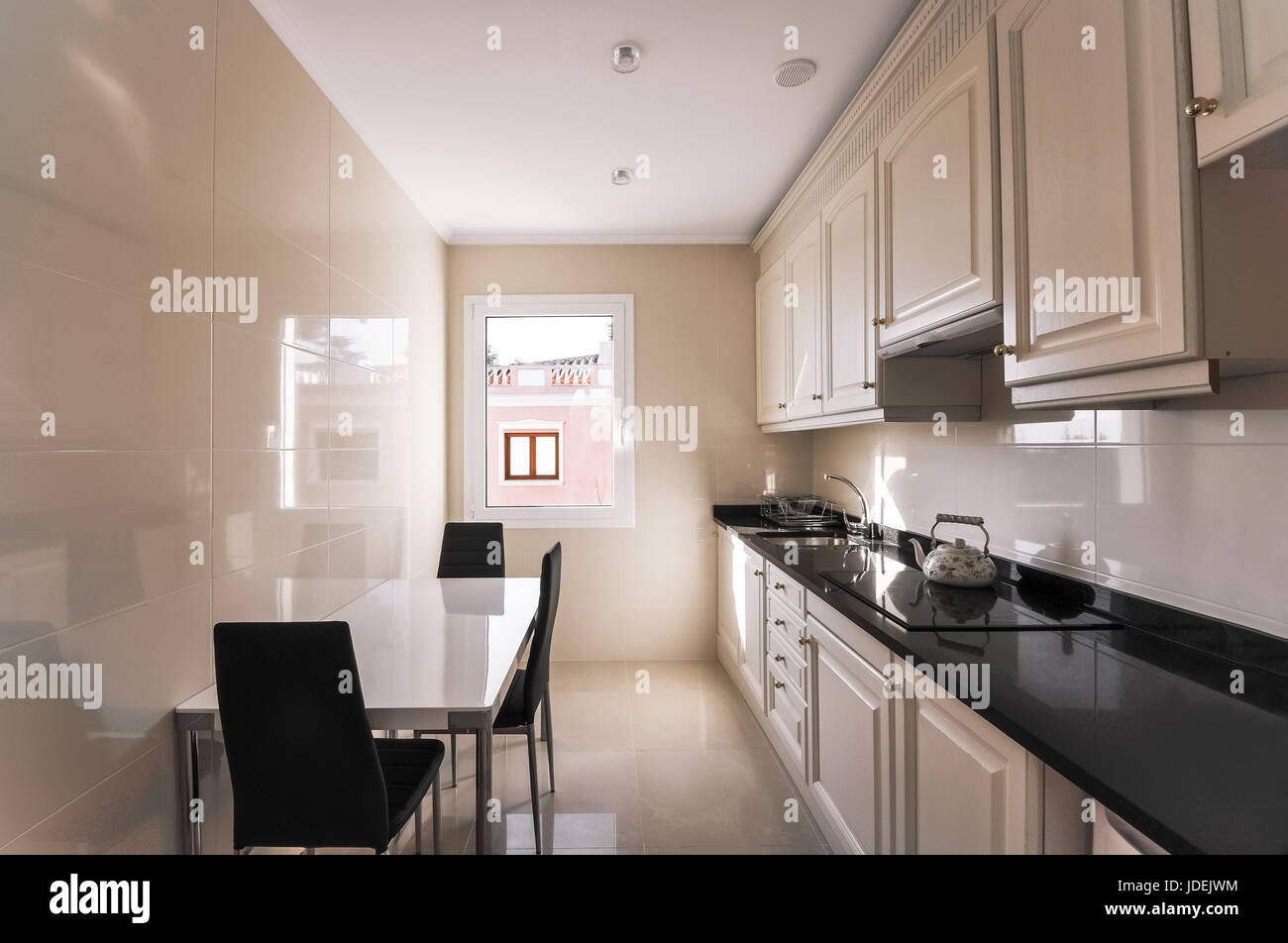 Cucina moderna con interni. Progettazione di una stretta ...