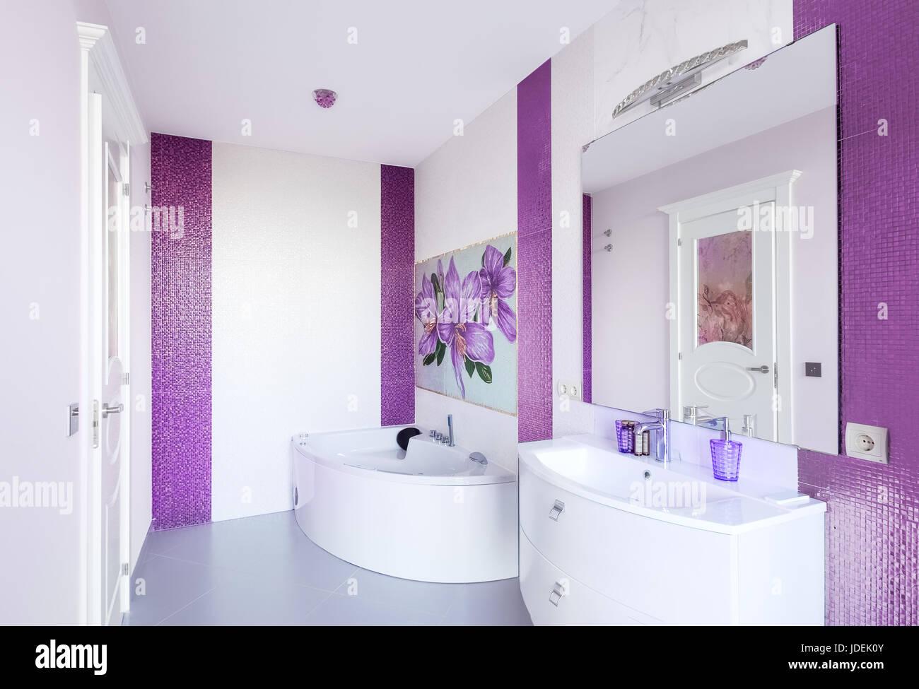 Moderno bagno interno con un pannello a mosaico vasca da bagno