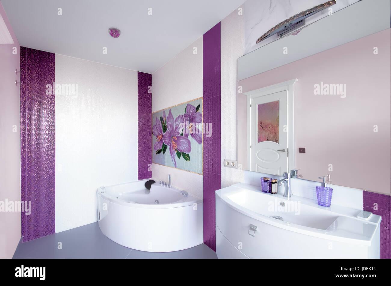 Piastrelle Bagno Mosaico Viola moderno bagno interno con un pannello a mosaico. vasca da