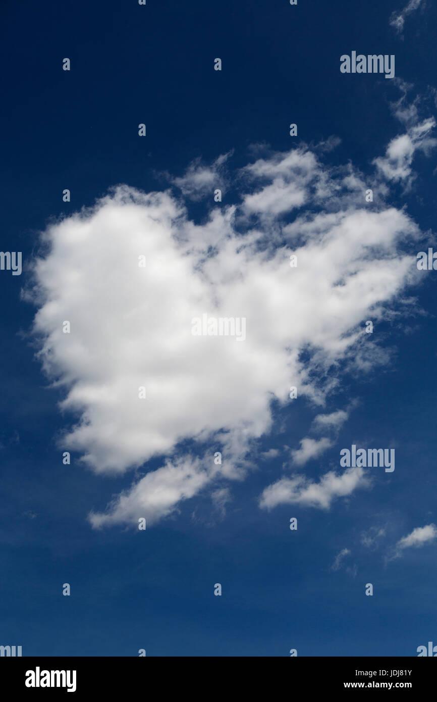 A forma di cuore nuvola nel cielo di Alberta, Canada. Il cloud computing è in cielo blu. Immagini Stock