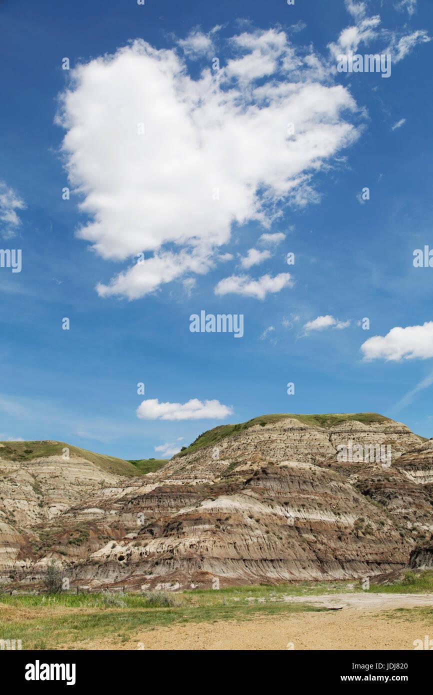 Un naturale a forma di cuore sopra cloud roccia stratificata nel deserto di Alberta, Canada. Il cloud computing Immagini Stock