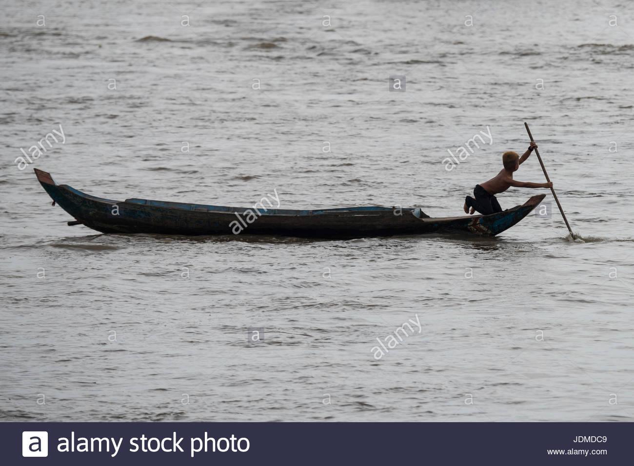 Residente di un villaggio galleggiante del lago Tonle Sap. Foto Stock