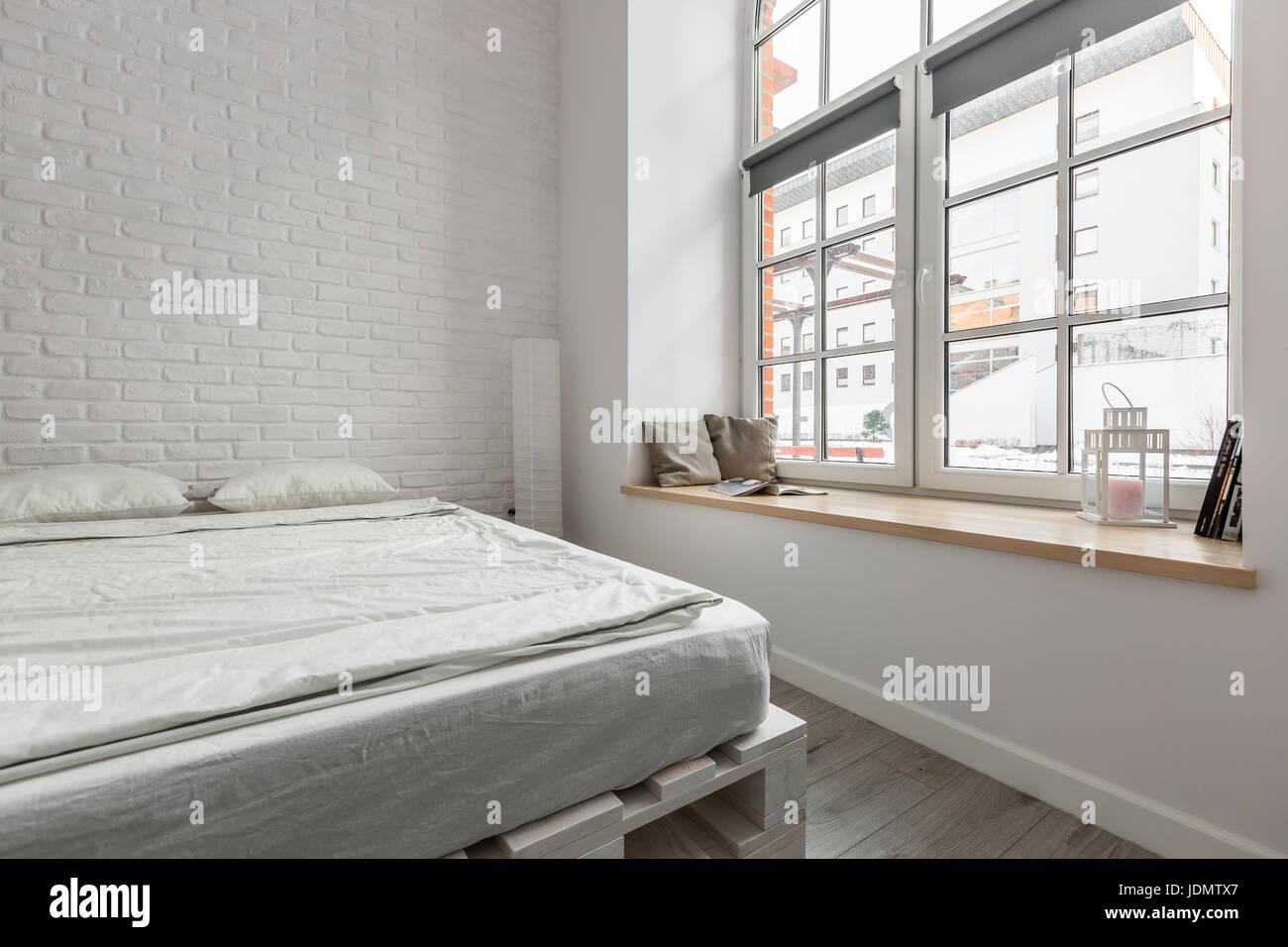 Letto Di Pallets : Soppalco con letto matrimoniale con letto di pallet e bianco muro