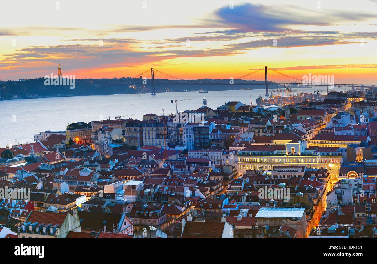 Lo skyline di Lisbona nella bellissima twilight. Portogallo Immagini Stock