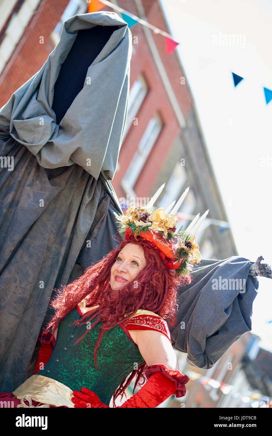 Fantasma di Natale ancora a venire e il partner anche in costume di Dickens festival Rochester Kent Immagini Stock