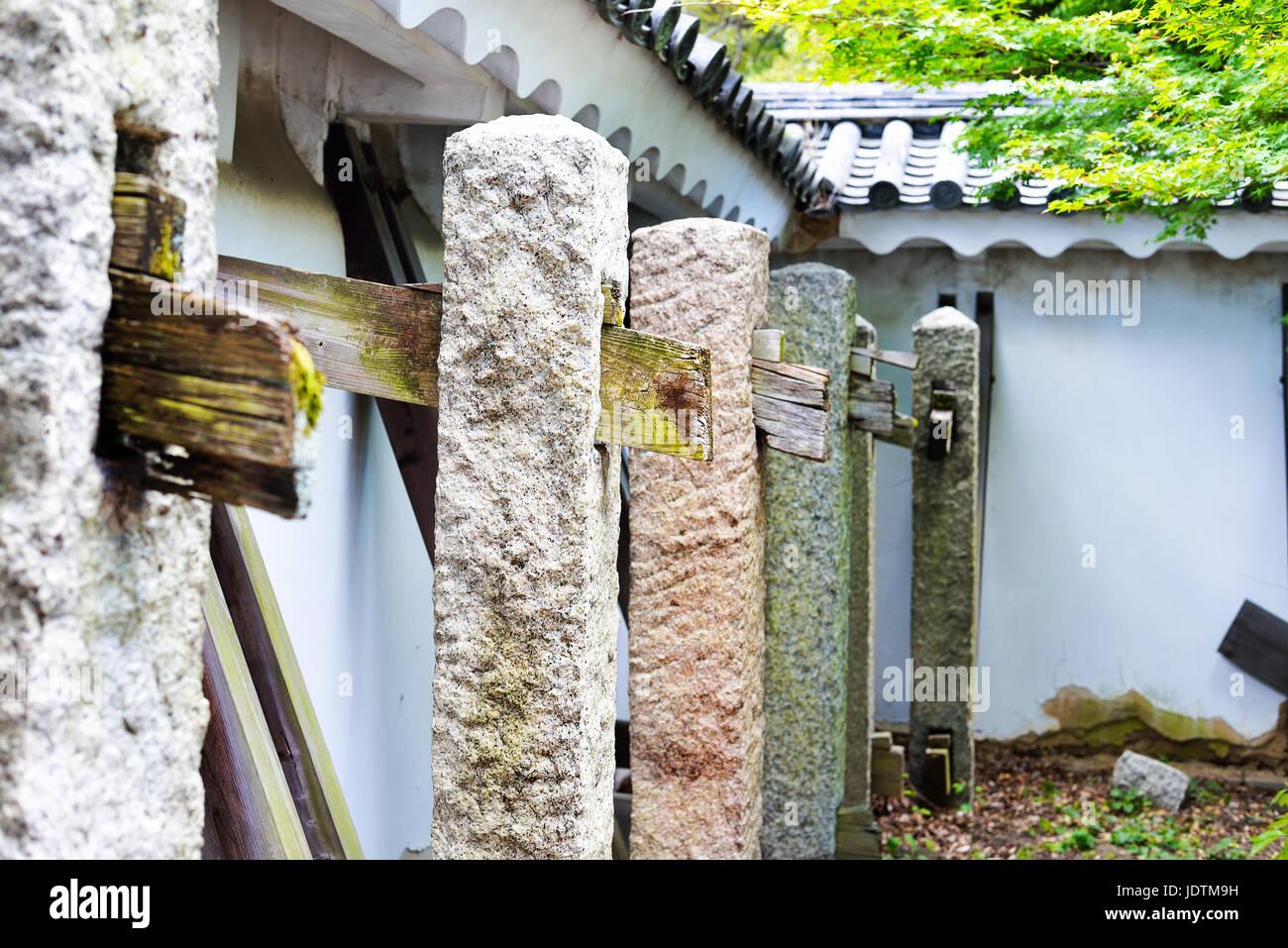 Pareti Esterne In Legno : I contrafforti di legno e di pietra che sorreggono le pareti