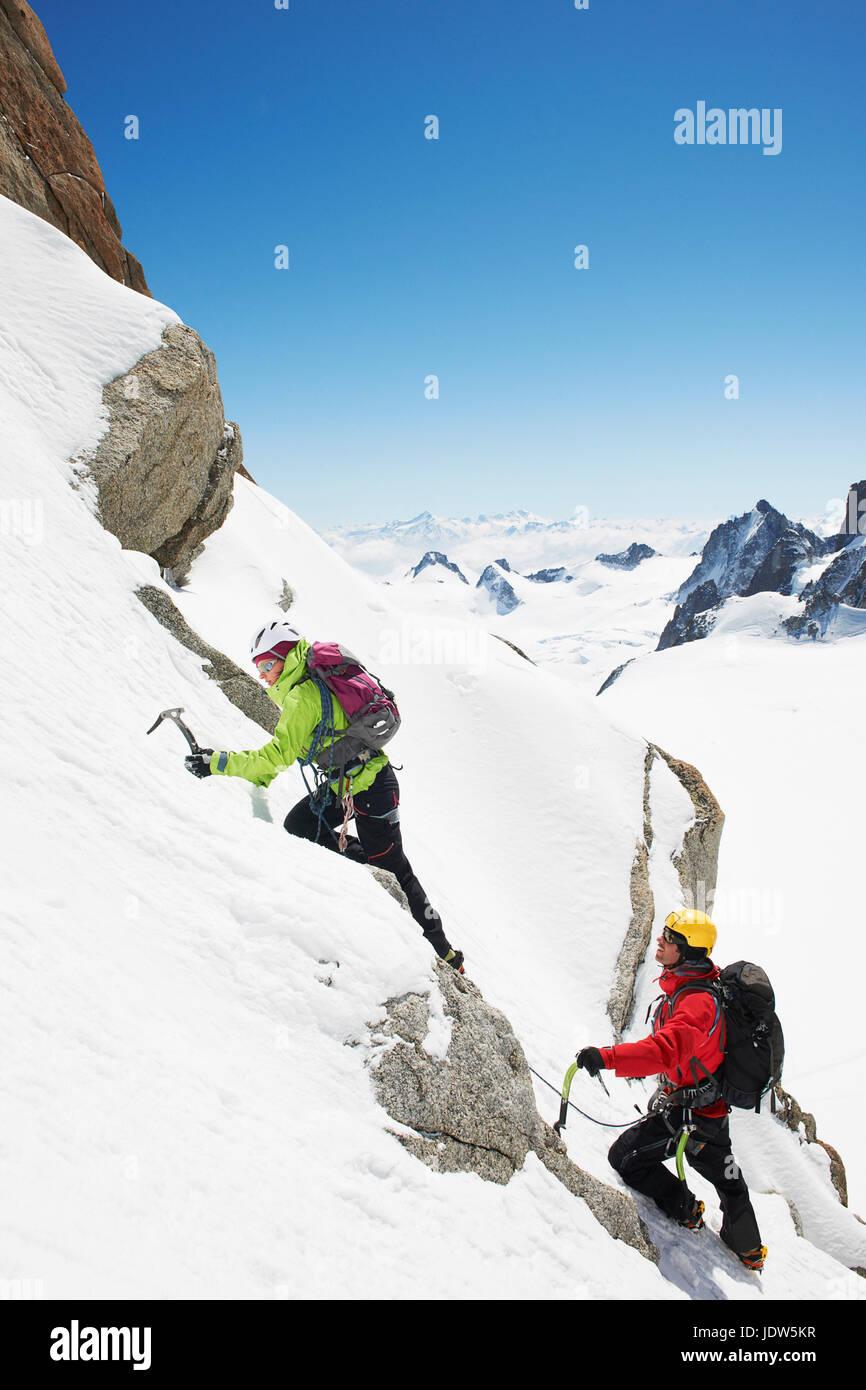 Due persone arrampicata in montagna, Chamonix, Francia Immagini Stock