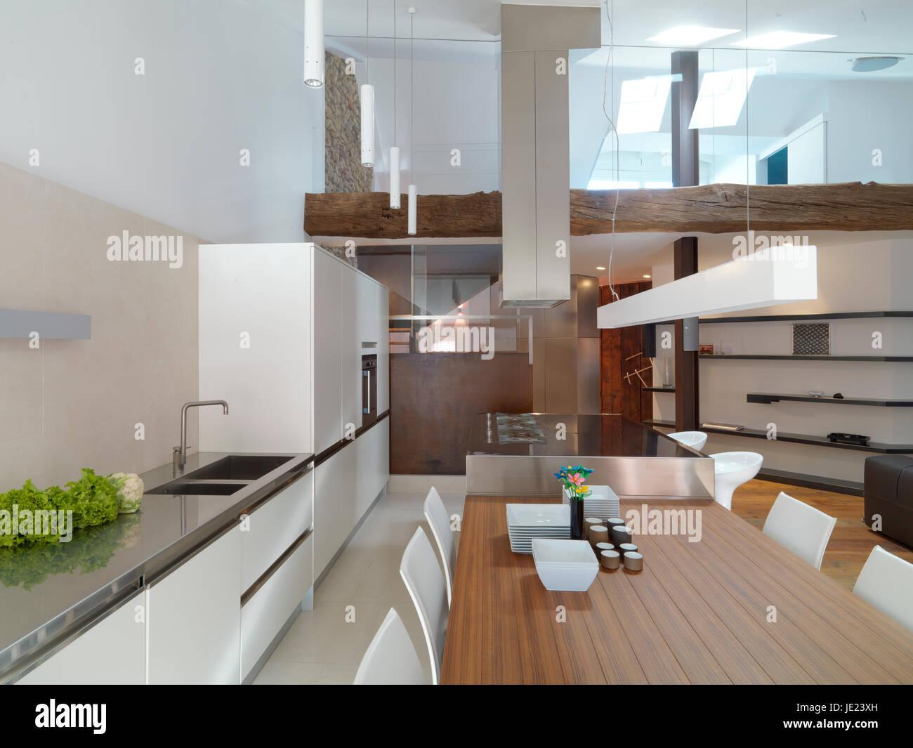 Vista interna di un soggiorno moderno e la cucina si ...
