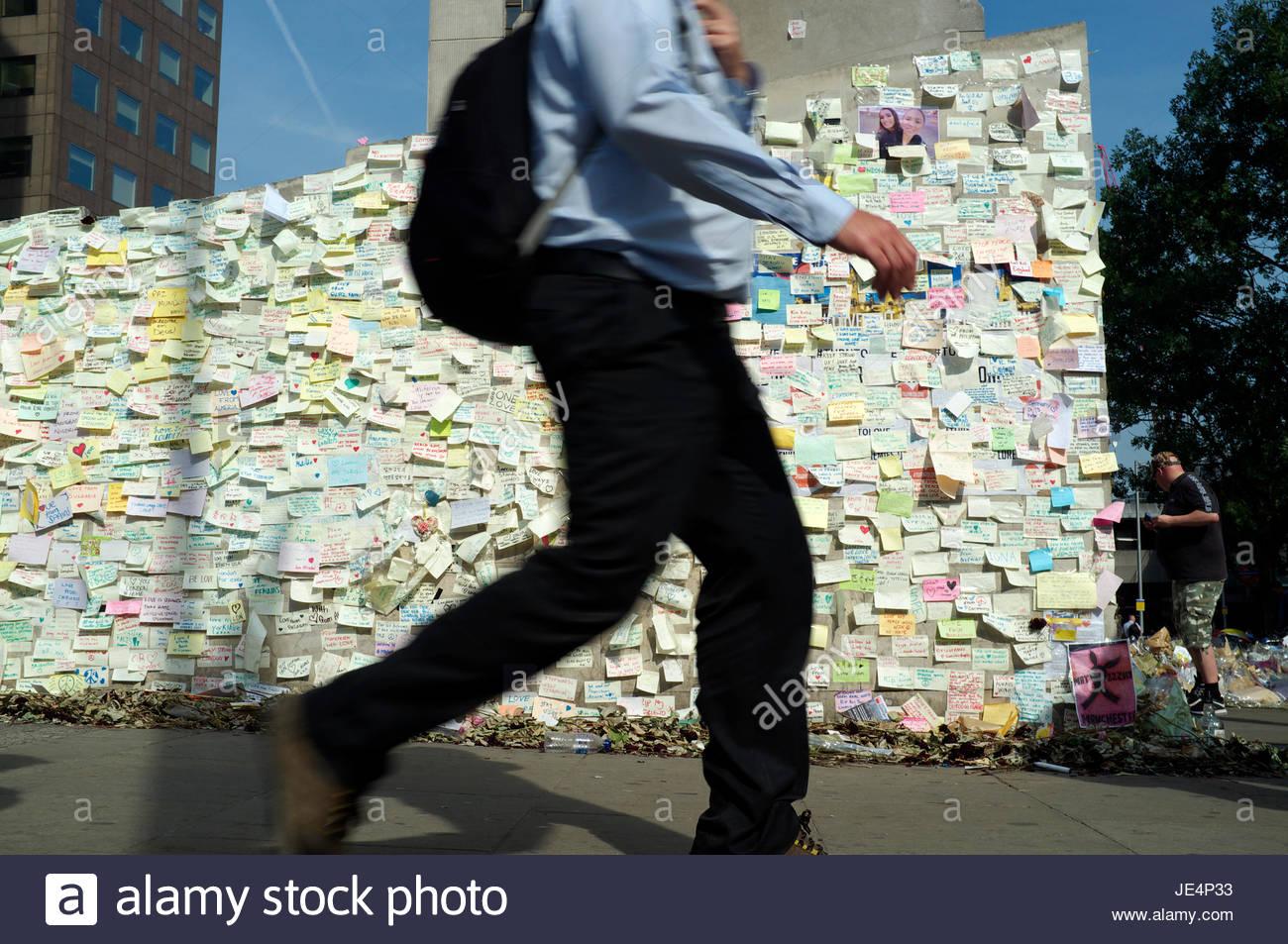 Montato a parete note su carta offrendo condoglianze e la solidarietà del Ponte di Londra, in risposta al giugno Immagini Stock