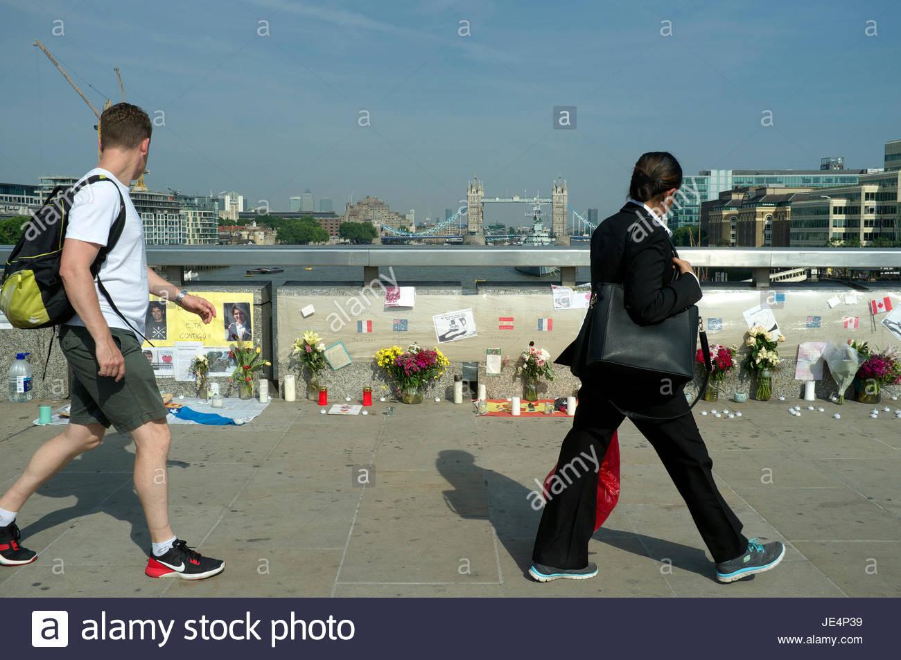 Omaggi e segni di cordoglio per le vittime, in risposta al giugno 2017 London Bridge attacchi terroristici. Giugno Immagini Stock