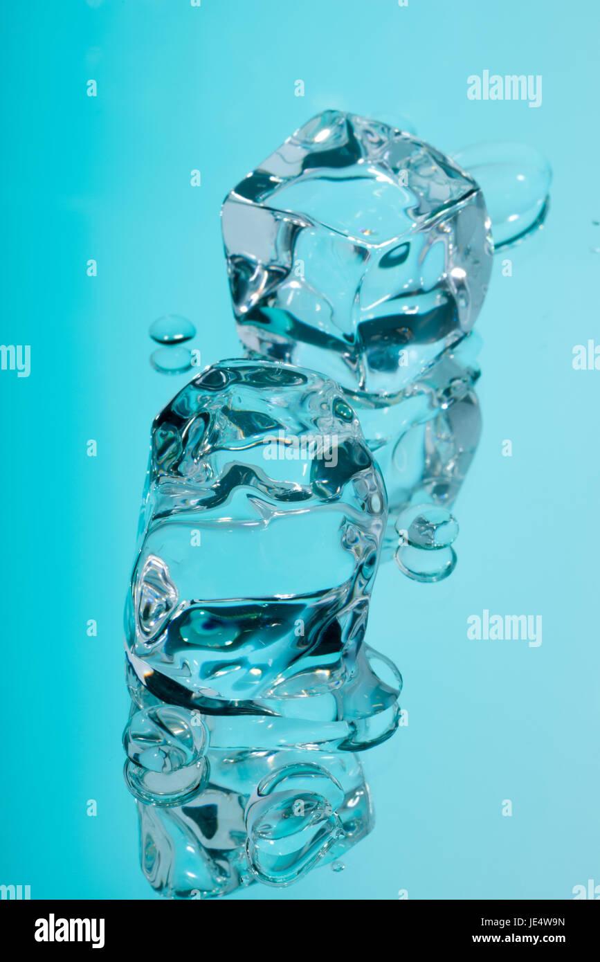 Acrilico di cubetti di ghiaccio e gocce di acqua. Immagini Stock