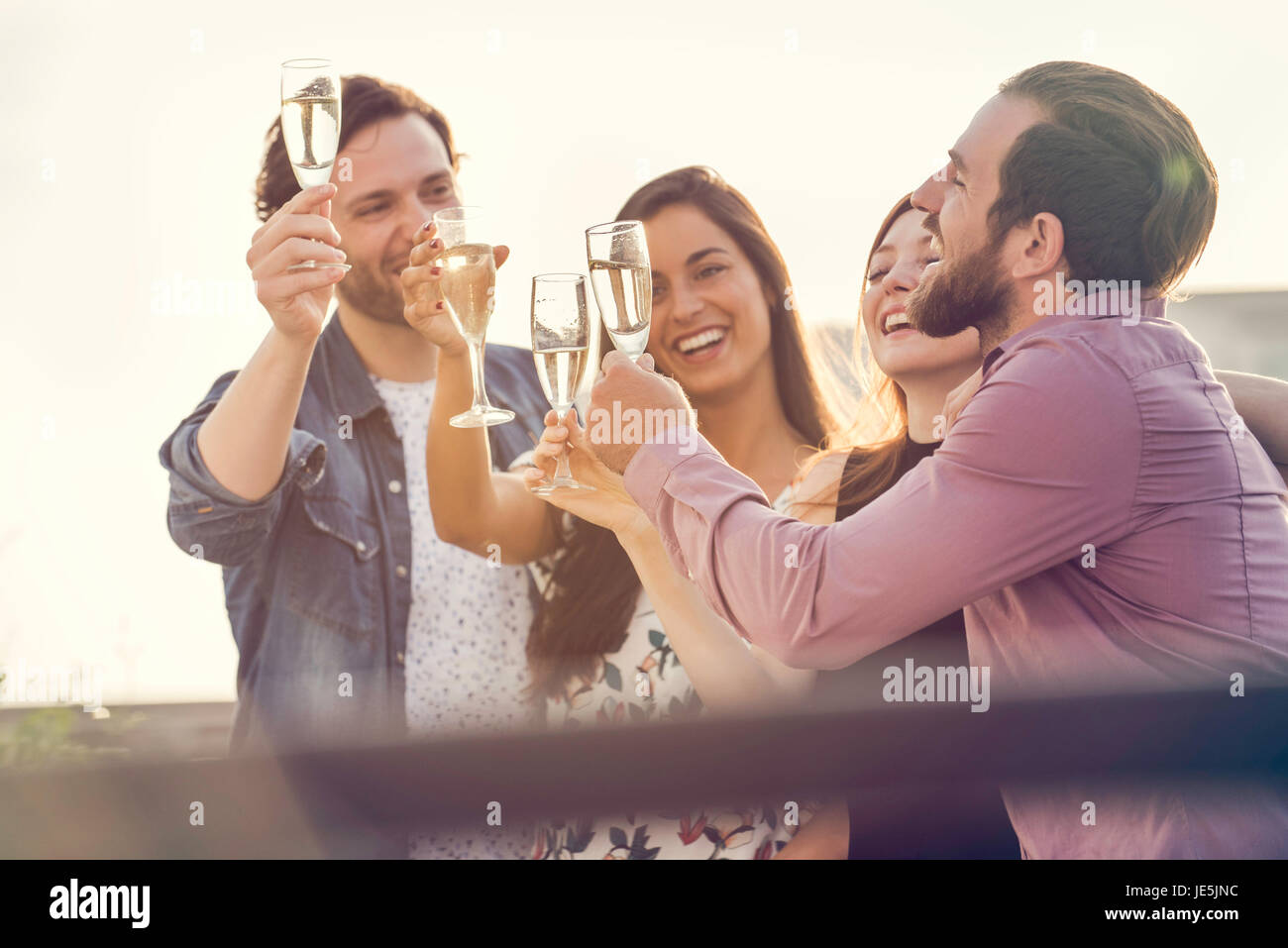 Gli amici a bere champagne insieme all'aperto Immagini Stock