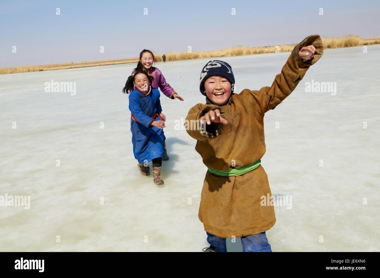 Mongolia, Khovd provincia, inverno, i bambini giocano sul lago icebound, Immagini Stock