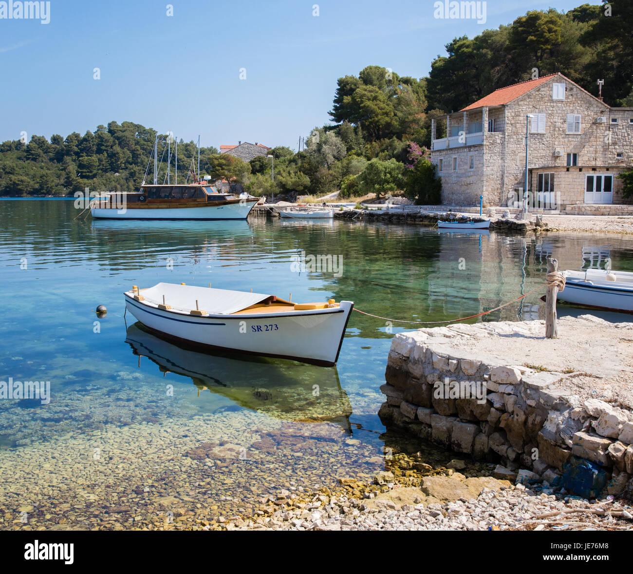 La località di villeggiatura di Pomena sulla costa occidentale dell'isola di Mljet in Croazia Immagini Stock