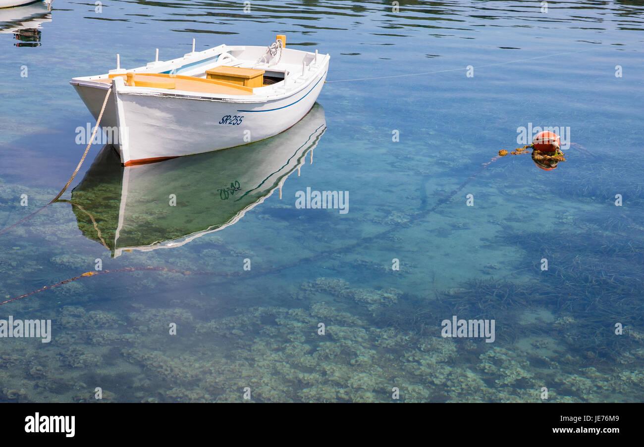 Piccola barca in porto poco profonda di Pomena sulla costa occidentale dell'isola di Mljet in Croazia Immagini Stock