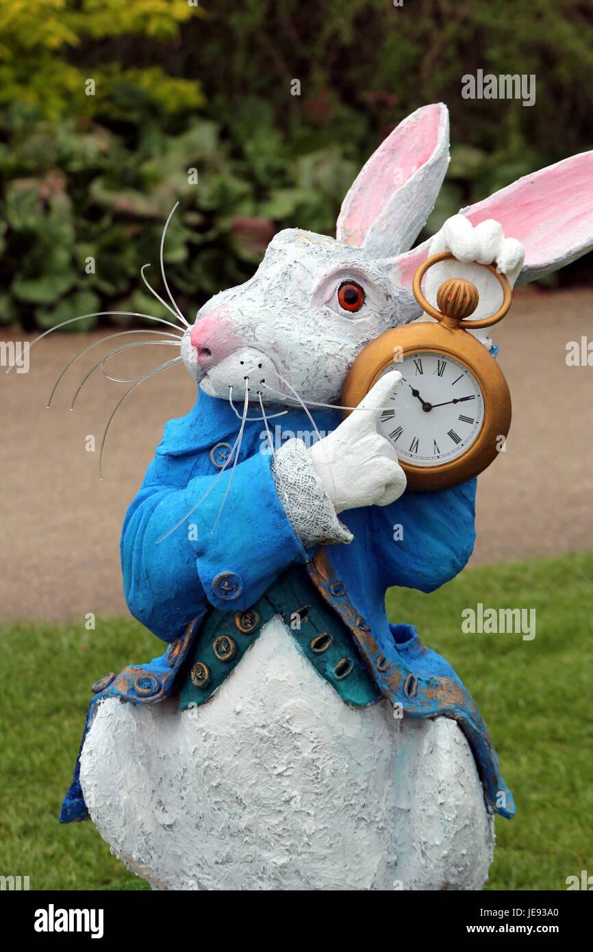 Giardino ornamento o statua di coniglio bianco da alice nel paese delle meraviglie foto - Il giardino di alice ...