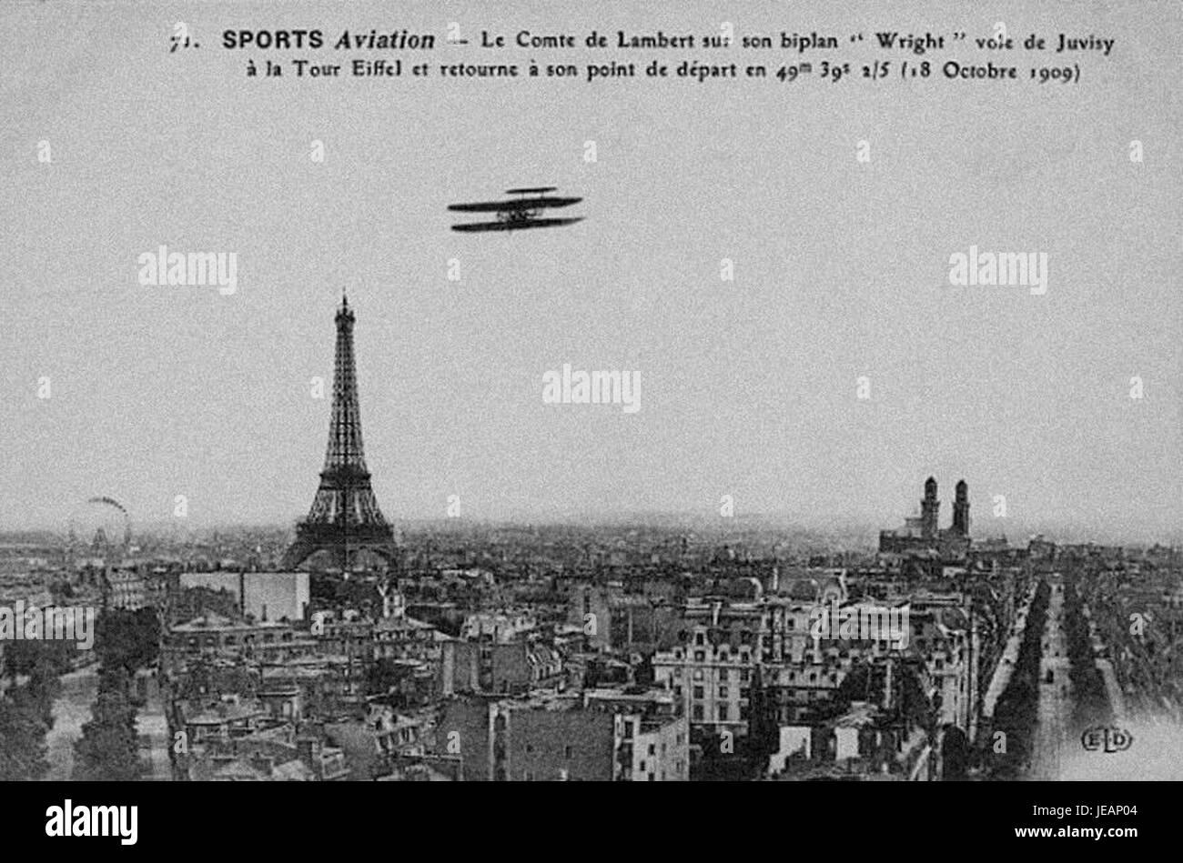 Carlos Alexandre, Conde de Lambert sobrevoando una Torre Eiffel non Wrigth biplano, 18 de Outubro de 1909 Foto Stock