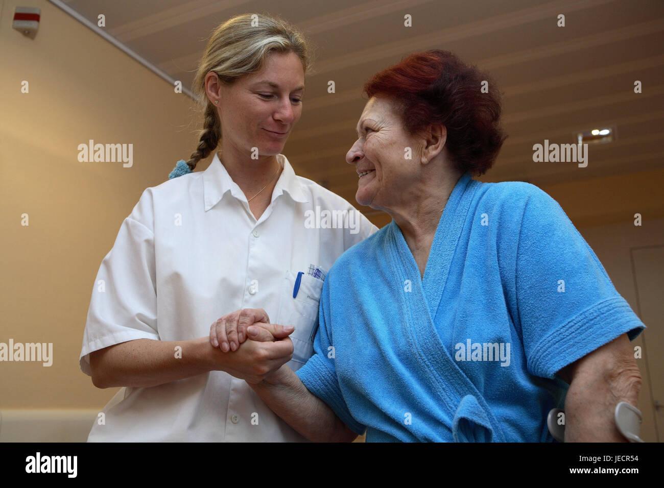 Ambulatorio di fisioterapia, paziente, senior, stampella, piombo, a piedi pratica, aiuto, contatto visivo, sorriso, Immagini Stock