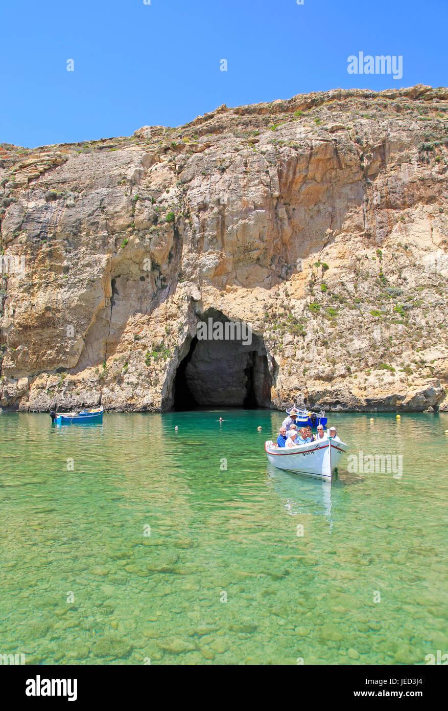 Gita in barca al mare interno di attrazione turistica, Dwerja Bay, isola di Gozo, Malta Immagini Stock