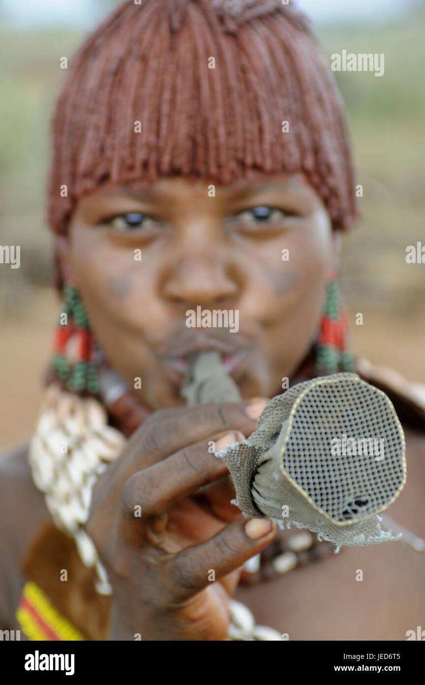 Donna, giovane, tribù Hamar, avvisatore acustico blow, Omotal meridionale, Etiopia, Foto Stock