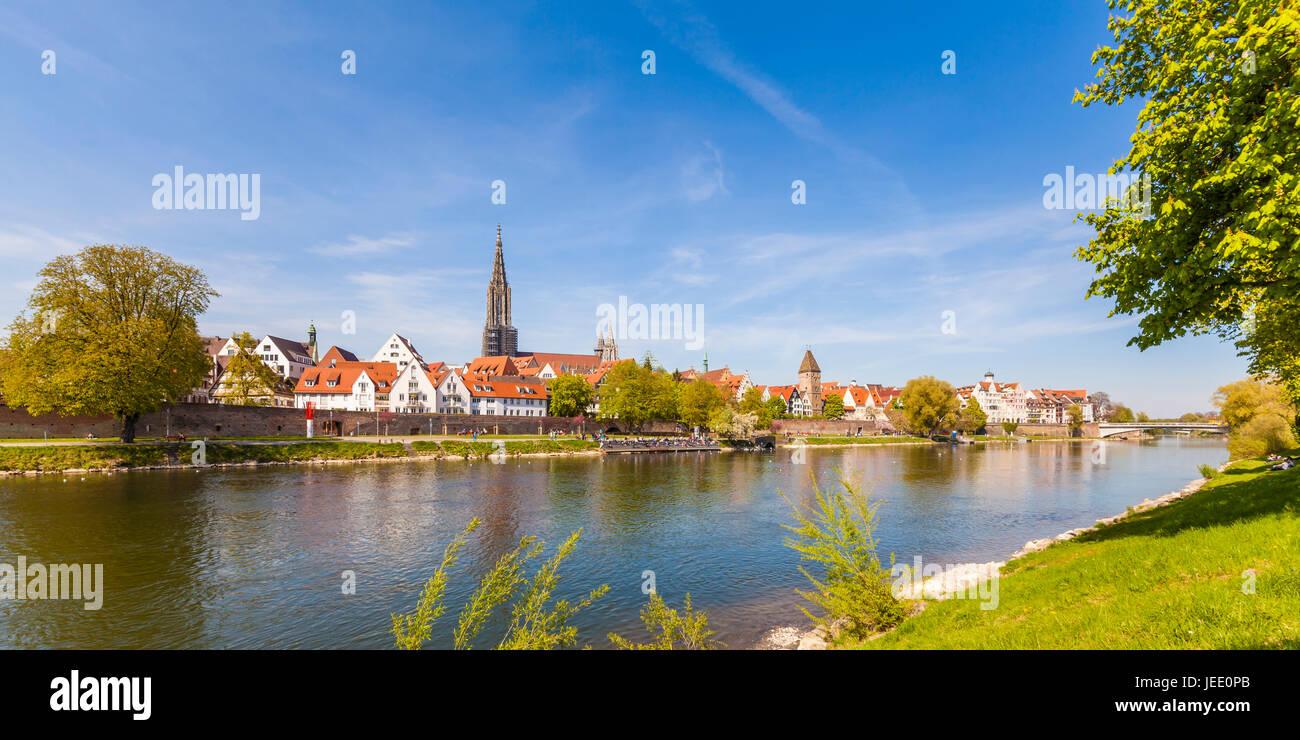 Deutschland, Baden-Württemberg, Ulm Donau, Donauufer, Stadtansicht mit Ulmer Münster und Metzgerturm, Skyline, Panorama Foto Stock