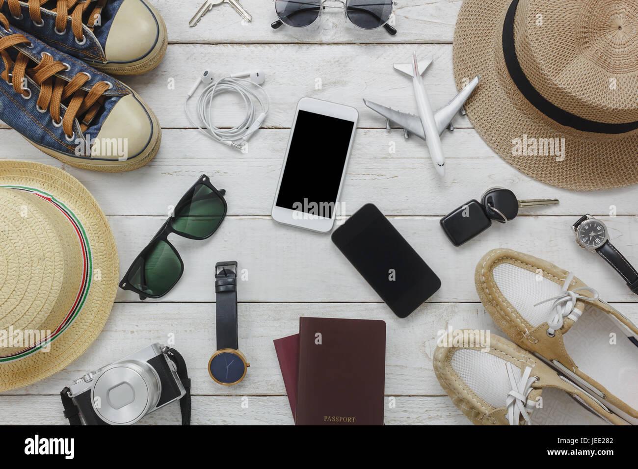 Vista superiore per uomo e donna for essentials al concetto di  viaggio.Bianco e nero telefono  cellulare fc6ef76f892