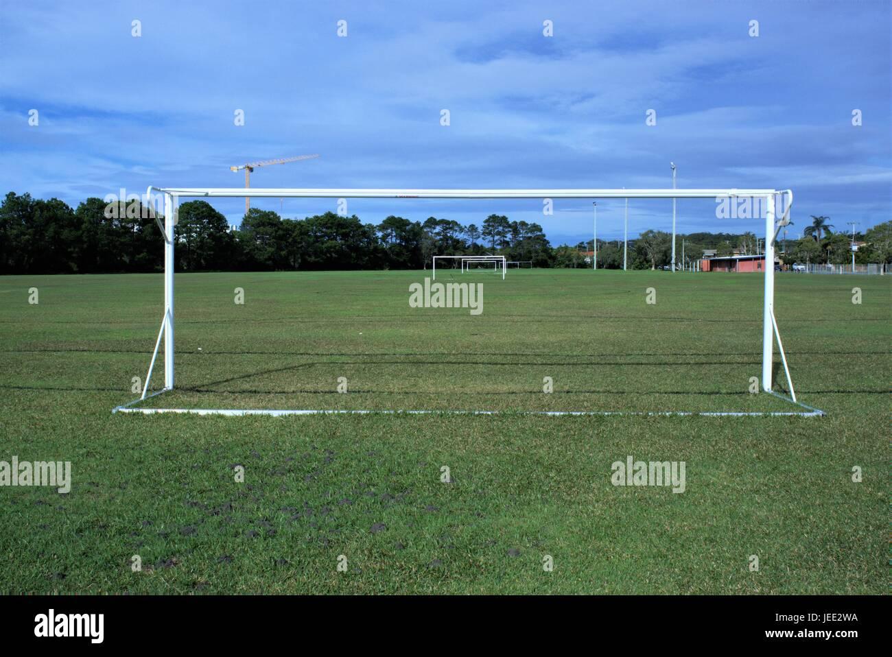 Parco giochi di calcio in Australia. Parco giochi di calcio con pali, proiettori, alberi e una gru in lontananza. Immagini Stock