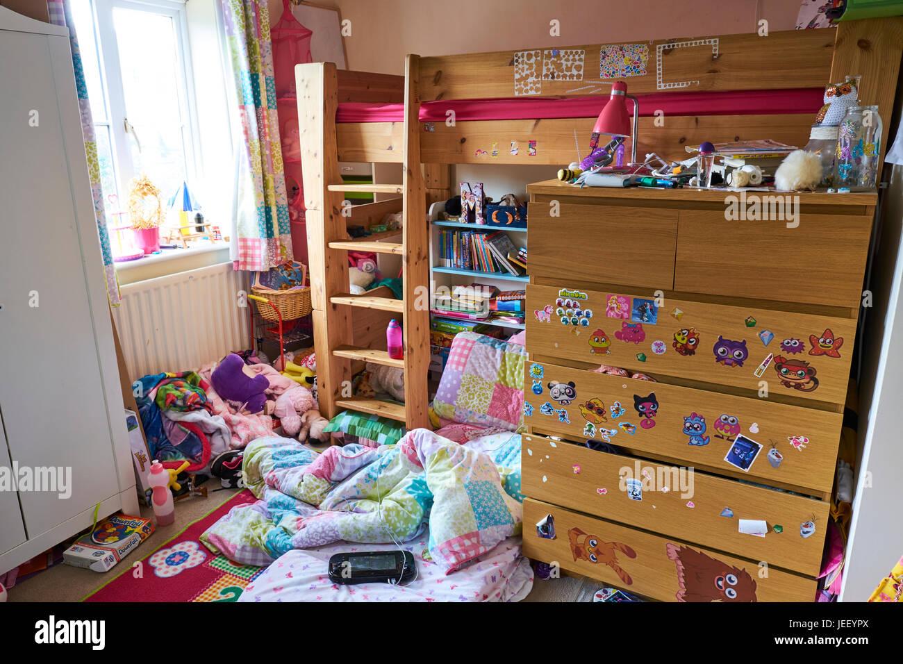 Camere Da Letto Giovani : Le giovani ragazze sudicia camera da letto foto immagine stock