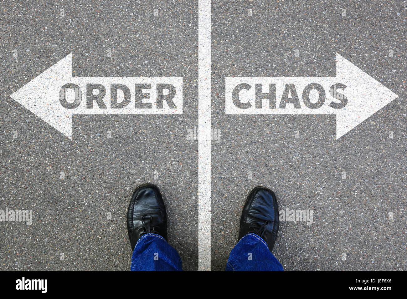 Caos e ordine ufficio organizzazione imprenditore il concetto di business di successo di successo Immagini Stock