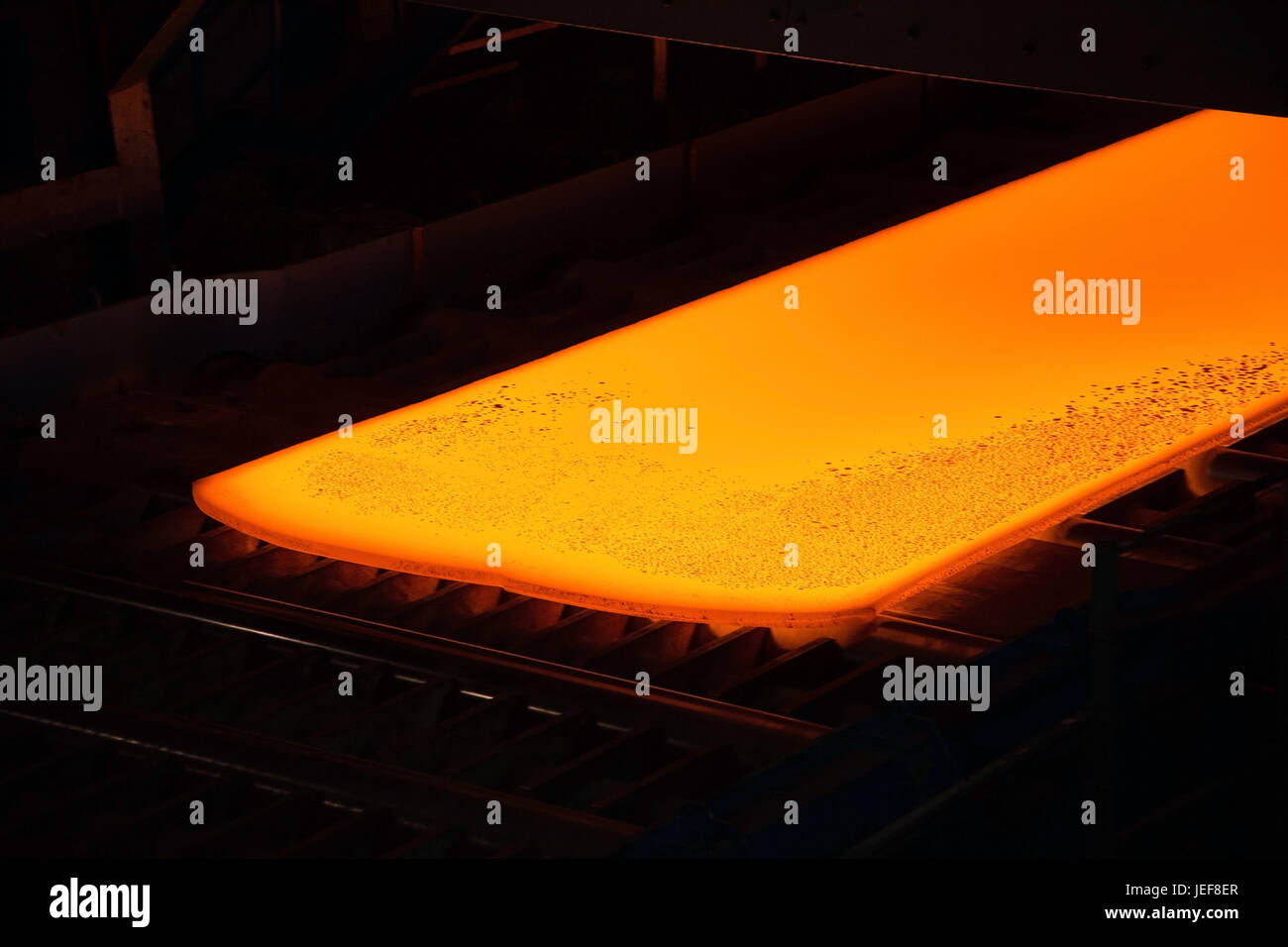 Walzstrasse con acciaio incandescente in un laminatoio, Walzstraße mit glühendem Stahl in einem Walzwerk. Immagini Stock