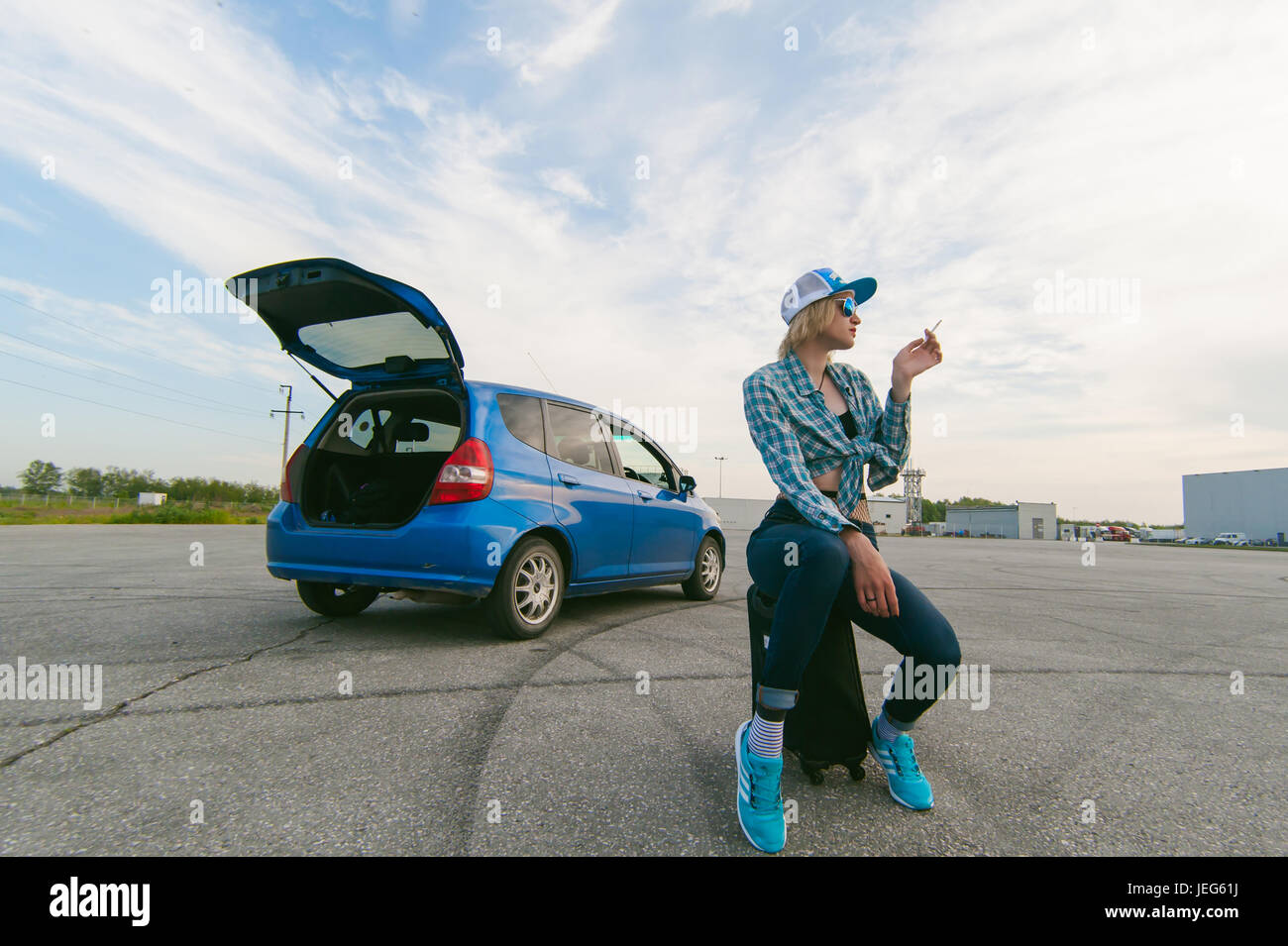 Woman Suitcase Hitchhiking Immagini & Woman Suitcase
