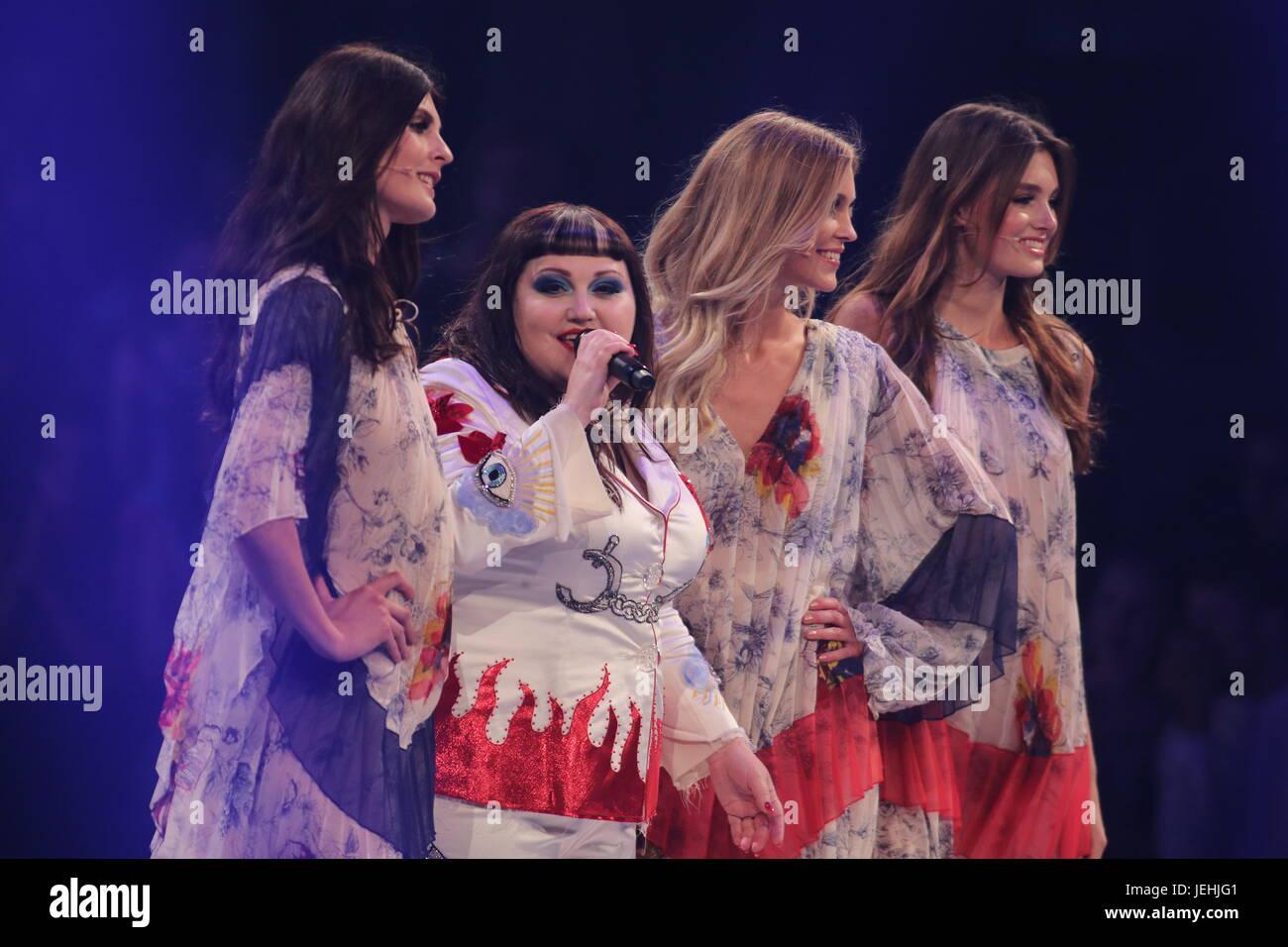 Finale Germanie Next Topmodel 2017 Oberhausen 25.05.2017 dotate: Beth dito, Celine (GNTM Siegerin 2017), Serlina Immagini Stock