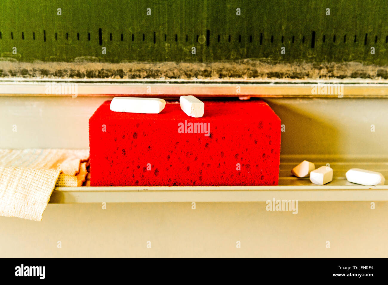 Tafel mit Schwamm und Kreide; lavagna con spugna e chalk Immagini Stock