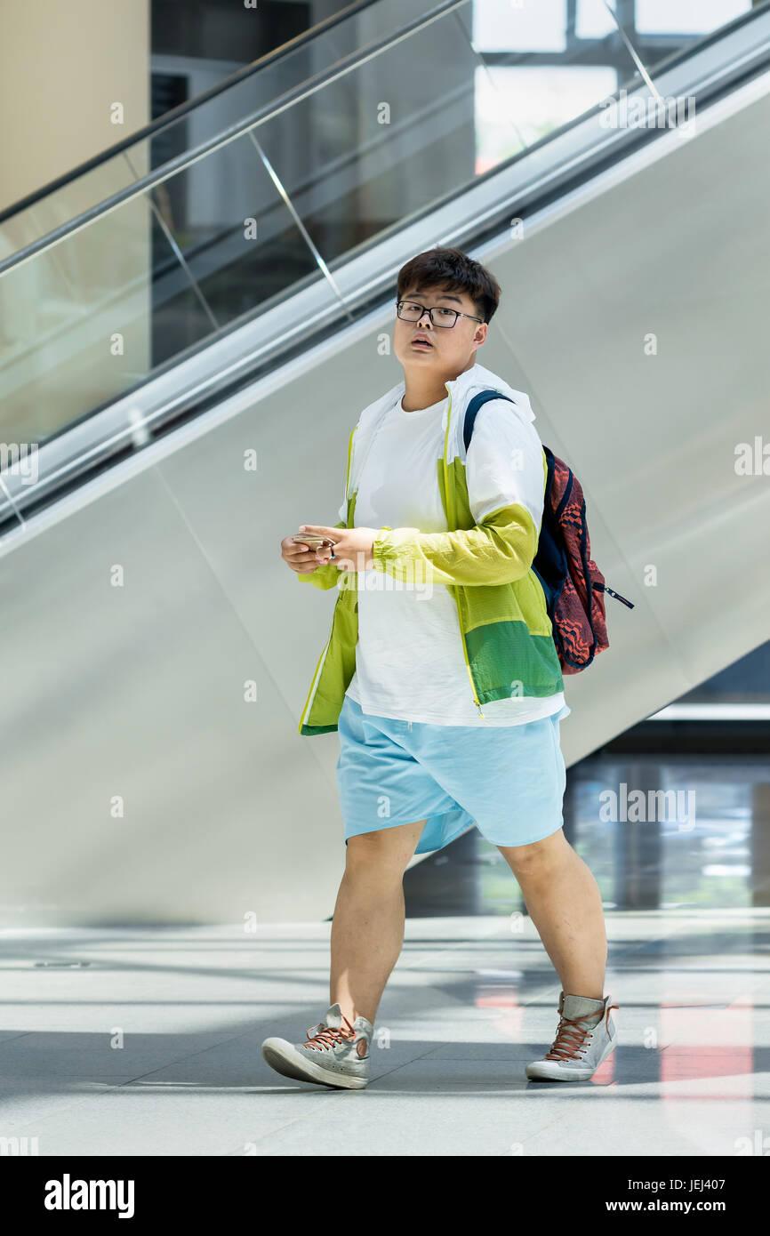 Pechino-Maggio 18, 2016. Il sovrappeso giovane shopping mall. Il girovita medio cinese di maschi urbano è passata Immagini Stock