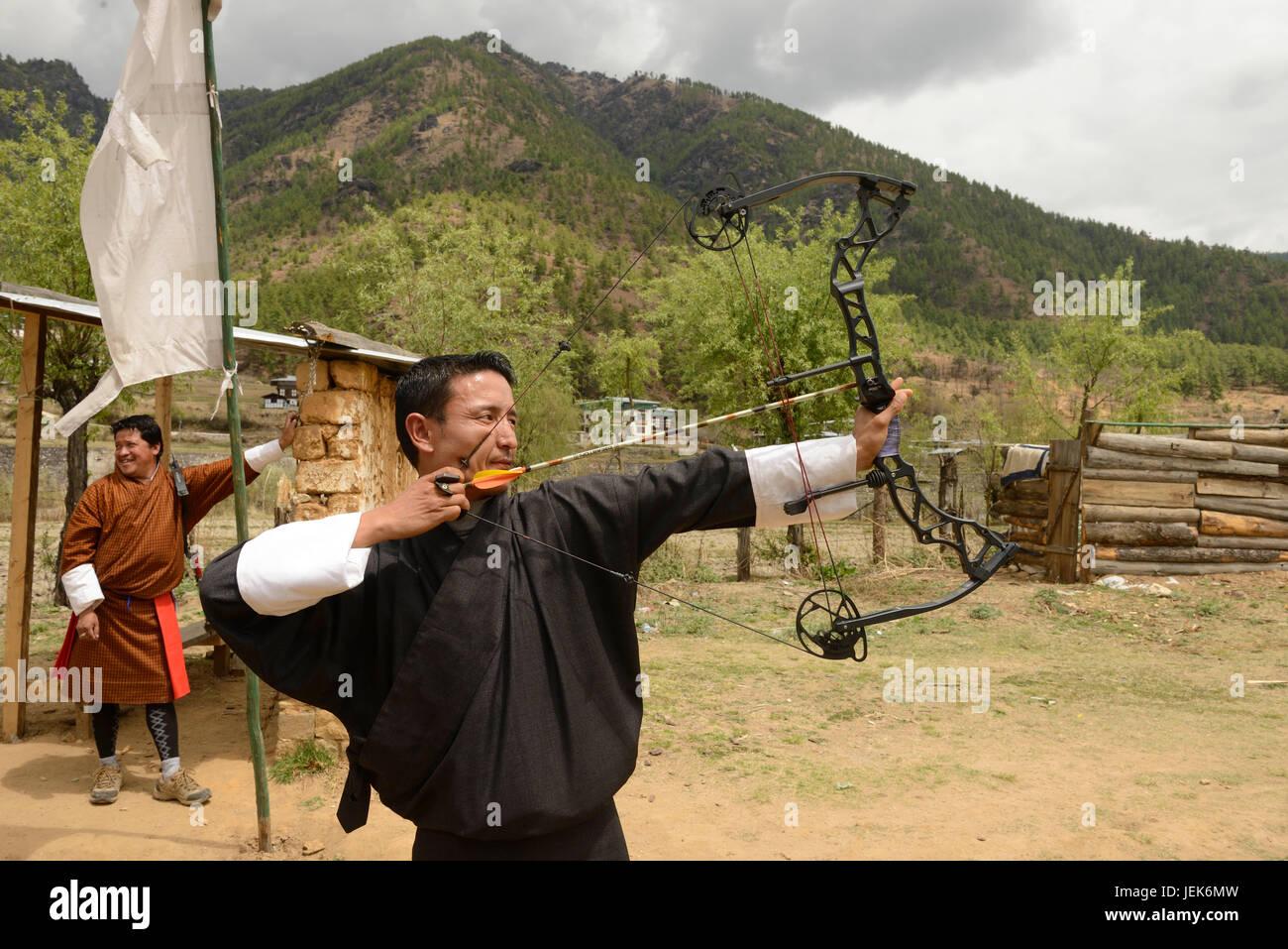 Man praticando sport nazionale di tiro con l'arco, Thimphu, Bhutan, asia Immagini Stock