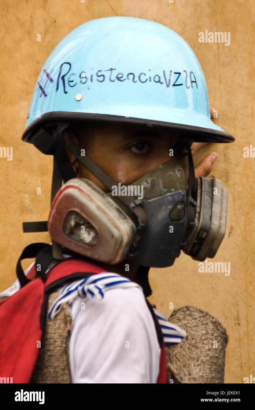 Un giovane manifestante utilizzando un casco. Immagini Stock